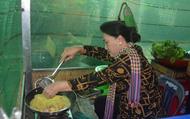 Clip: Chủ tịch Quốc hội Nguyễn Thị Kim Ngân đổ bánh xèo đãi bà con Đồng Tháp