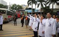Giám đốc Bệnh viện ra tận cổng vẫy tay chào, cho tiền bệnh nhân ung thư về quê ăn tết