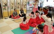 """Ngại bị """"tra hỏi"""", giới trẻ Hàn Quốc chọn cách ăn tết xa nhà"""