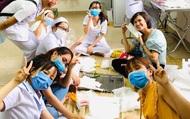TP.HCM: Bác sĩ, nữ hộ sinh Bệnh viện Từ Dũ giải cứu dưa hấu, bỏ giờ nghỉ trưa may khẩu trang dùng trong mùa dịch corona