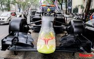 Hình ảnh mô hình xe F1 diễu hành trên đường phố Hà Nội