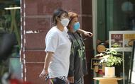 """Giữa mùa dịch Corona khu """"phố Hàn Quốc"""" giữa lòng Hà Nội vắng vẻ, người dân trùm kín khẩu trang mỗi khi ra khỏi nhà"""