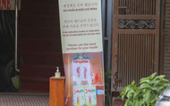 """Người dân trên khu """"Phố Hàn Quốc"""" ở Hà Nội với thói quen khẩu trang kín mít mọi lúc mọi nơi"""