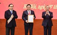 Hình ảnh công bố quyết định của Bộ Chính trị phân công Phó Thủ tướng Vương Đình Huệ giữ chức vụ Bí thư Thành ủy Hà Nội