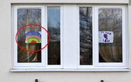 """Thông điệp đầy ý nghĩa đằng sau """"tác phẩm"""" cầu vồng của trẻ em xuất hiện trên cửa sổ nhiều gia đình giữa mùa dịch"""