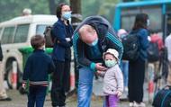 Ảnh: Hàng trăm công dân được trở về quê nhà sau khi hết thời gian cách ly tại khu Pháp Vân- Tứ Hiệp