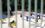 Trốn cách ly xuống sân đi dạo 6 phút, 2 mẹ con ở Hàn Quốc đối mặt với số tiền phạt gần 200 triệu đồng