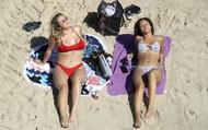 7 ngày qua ảnh: Các cô gái tận hưởng nắng ấm trên bãi biển ở Anh
