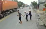 Ô tô lao đi vun vút khiến 2 cụ già chẳng thể qua đường, hành động kịp thời của bác tài xế khiến nhiều người cảm thấy ấm lòng