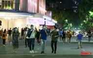 Phố đi bộ Hồ Gươm hoạt động trở lại, người dân Thủ đô dạo chơi trong tiết trời Thu