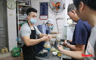 Tết Hàn thực: Người dân Thủ đô xếp hàng dài mua bánh trôi, bánh chay