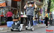 """Quán phở """"đặc biệt"""" ở Hà Nội: Đích thân chủ quán giao đồ ăn bằng xe điện như diễn xiếc"""