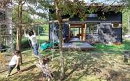 """Bỏ phố về vùng nông thôn, gia đình 5 người biến cuộc sống trong ngôi nhà gỗ thành """"thiên đường"""" ai cũng ước mơ"""
