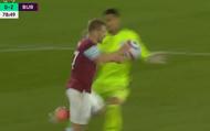 VAR Ngoại hạng Anh lại gây phẫn nộ: Thủ môn dùng tay cản bóng ngoài vùng cấm nhưng trắng thẻ