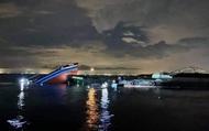 Cứu hộ tàu cá chở 12 thuyền viên bị sà lan đâm chìm trên biển