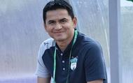 HLV Kiatisuk chúc mừng chiến thắng với thầy trò HLV Park Hang-seo