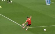Lewandowski đá phạt nhắm thẳng đến điện thoại của fan trong buổi tập