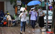 Thí sinh Hà Nội vất vả đội mưa đến trường thi vào lớp THPT