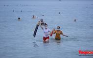 Người Đà Nẵng háo hức tắm biển từ sáng sớm, hàng quán vui mừng được phục vụ khách tại chỗ