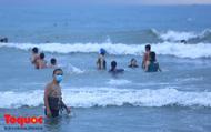 Người Đà Nẵng đeo khẩu trang đi tắm biển
