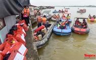 Thanh niên Thủ đô dùng xuồng máy vượt sông tặng quà người dân nghèo làng chài