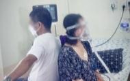 Xúc động cảnh 2 vợ chồng mắc Covid-19 ngồi trên giường bệnh, dựa lưng vào nhau để cùng tập từng nhịp thở