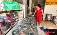 """Hà Nội: Hàng quán ở """"vùng xanh"""" tất bật dọn dẹp chờ mở bán trở lại"""