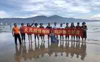 Đoàn khách giăng băng-rôn chữ Trung Quốc chụp hình trên biển Đà Nẵng