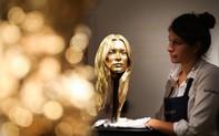 """Siêu mẫu vàng ròng kết hợp với xe Ferrari phủ vàng """"náo loạn"""" sàn đấu giá London"""