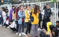 Trực tiếp mua vé ĐT Việt Nam - Malaysia: Fan Việt chen lấn, đội mưa xuyên đêm