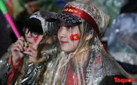 CĐV đội mưa, vượt rét, tiếp lửa cho Đội tuyển Việt Nam trong trận chung kết lượt đi AFF Cup 2018