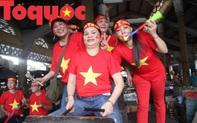 """Tiểu thương Huế """"nhuộm"""" cờ đỏ sao vàng tại chợ cổ vũ đội tuyển Việt Nam"""
