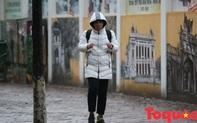 Mưa lạnh 11 độ, học sinh co ro đến trường