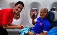 Đội tuyển Việt Nam được tặng món quà bất ngờ trên chuyến bay của Vietnam Airlines