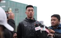 Clip: Tiền vệ Huy Hùng trả lời báo chí trong ngày luyện tập đầu tiên của ĐT Việt Nam trước thềm chung kết lượt về