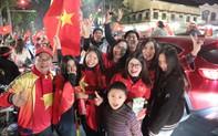 """Bóng đá không biên giới: Khách Tây lẫn Việt """"vui sao nước mắt lại trào"""""""