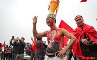 """Muôn vàn trang phục """"độc, lạ"""" của CĐV đến cổ vũ cho ĐT Việt Nam trong trận chung kết lượt về AFF Cup"""