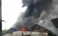 Nghệ An: Chợ Vinh đang cháy lớn, tiểu thương chạy tháo chạy