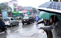 Bất lực khi gọi taxi, Grab ngày mưa rét