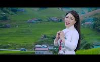 Ca sĩ Đinh Trang mặc áo dài, đi giày cao gót nhảy sạp