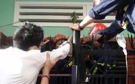 Leo hàng rào vào nhà mình, người đàn ông bị chông sắt đâm xuyên tay
