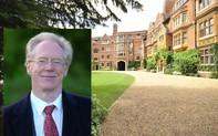 """Để Tiến sĩ """"quấy rối tình dục"""" vào trường, Cambridge bị học viên phản ứng gay gắt"""