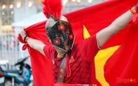 CĐV Việt Nam cuồng nhiệt 'đốt nóng' không khí trước cổng SVĐ Mỹ Đình