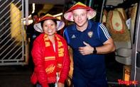 CĐV Việt Nam tặng nón lá in cờ đỏ sao vàng cho cầu thủ UAE