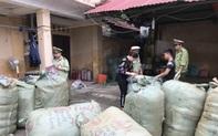 Thu giữ gần 1.000 lọ nước hoa do nước ngoài sản xuất không có hoá đơn hợp pháp