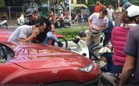 Đang dừng đèn đỏ, nhiều xe máy bị ô tô tông