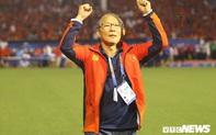 Hình ảnh chứng tỏ thầy Park bảo vệ học trò ngay cả khi đã bị thẻ đỏ và phải ngồi trên khán đài?