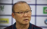 HLV Park Hang-seo bảo vệ Văn Toản trong buổi họp báo sau trận đấu