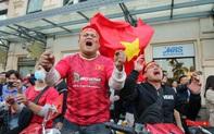 Bất chấp giá rét, hàng ngàn CĐV Hà Nội reo hò khi U22 Việt Nam chính thức tiễn U22 Thái Lan rời SEA Games 30