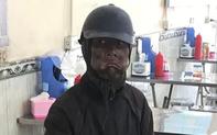 Xác minh thông tin về người đàn ông mặc đồ đen, cầm đầu gà và xúc xích đi xin tiền